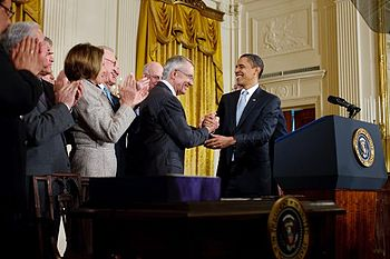 English: President Barack Obama shakes hands w...