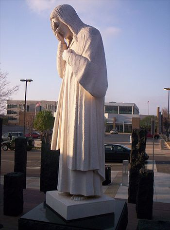 English: Picture of the And Jesus Wept statue ...